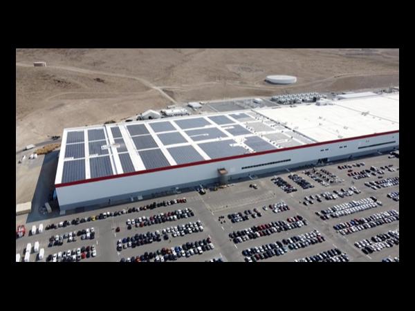内华达工厂正在安装新的屋顶太阳能电池板