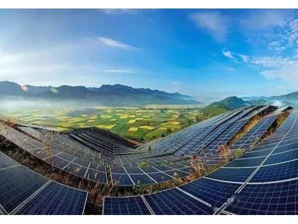 全球第一大的光伏电站,延绵四十公里全都是光伏板!